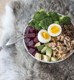 Hoe maak je een super gezond salade, en wat gaat er allemaal in? Proef deze gezonde salade in een kom en combineer er op los, op een fit en gezond lijf