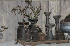 Houten kruiken en kandelaren, op een houten dienblad. Alles van Hoffz, bij Days At Home.