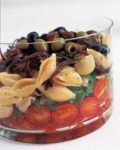 Salada de macarrão em camadas é ótima opção para um jantar a dois