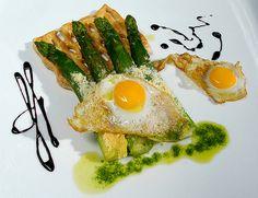 Huevos fritos con espárragos trigueros