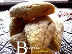 Friabili, senza uova e genuini, sono i Biscotti al pistacchio . Una ricetta semplice per una preparazione versatile, indicata per la colazione, ma gustosa anche come fine pasto.