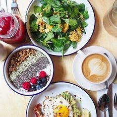 That special Sunday Brunch feeling. Come and have a healthy brunch Healthy Cafe, Healthy Brunch, Healthy Eating, Brunch Cafe, Sunday Brunch, Acai Berry Bowl, Brunch Spots, Cafe Food, Food Trends