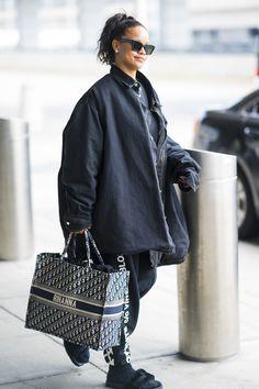Rihanna et son cabas Dior Dior Fashion, Fashion Week, Street Fashion, Fashion Group, Sienna Miller, Kendall Jenner, Rihanna, Sac Lady Dior, Fashion Tips For Women