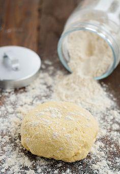 Masa para empanada:750gr de harina de trigo aprox. - Agua templada (unos 250 ml aprox.) - 1 cucharadita de sal - Aceite, usaremos el de hacer el relleno - 1 sobre de levadura seca de panadería 0 20 gr de levadura fresca - 1 huevo para adornar http://www.unodedos.com/recetario-de-cocina/masa-para-empanada-como-se-hace-la-masa-de-la-empanada-gallega/