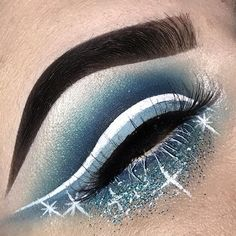 Blue glitter cut crease ❄️☃️ Winter makeup looks Contour Makeup, Eye Makeup Tips, Smokey Eye Makeup, Makeup Goals, Makeup Inspo, Makeup Art, Makeup Inspiration, Beauty Makeup, Makeup Ideas