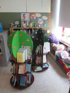 Boekenhoek in mijn uiltjesklas. In elke tak hangen uiltjes met het soort boeken: sprookjestak, gedichtentak, ... De bomen kan je aanpassen naar het seizoen. Momenteel appeltjes voor de zomer.