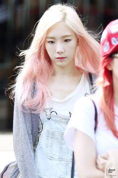 SNSD - Kim TaeYeon 김태연 commute #태연 #핑크머리