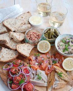 Recept: Hollandse borrelplank met vis Healthy And Unhealthy Food, Healthy Snacks, Healthy Recipes, I Love Food, Good Food, Yummy Food, Antipasto, Lunch Snacks, Lunches