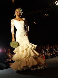 El vestido de novia flamenca corresponde a la colección de Pilar Vera - Flamenco bride dress is part of the Pilar Vera collection.