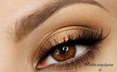 Dzisiaj przygotowałam dla was propozycję z pogranicza smoky eyes i rozświetlenia. Propozycja może zainteresować te z was, które w makijażu szukają niestandardowych kształtów i nieco odbiegaj