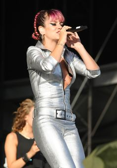 Lily Allen Puts on a Good Show Lilly Allen, Pictures Of Lily, Music People, Celebrity Pictures, Fashion Models, Sexy Women, At Least, Celebs, Singer