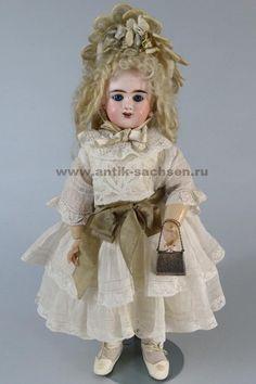 Французская антикварная кукла, выпущена на фабрике Denamur в Париже в 1890-1899 годы. Размер куклы 38 см. На голове маркировка «E 4 D Depose».  #dolls #dollcollection #антикварнаякукла #poupee #Denamur #фарфороваякукла #кукла