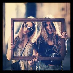 using a picture frame for bff pics (couples? Bff Pics, Sister Photos, Cute Bestfriend Pictures, Best Friend Pictures, Friend Photos, Friend Senior Pictures, Senior Photos, Best Friend Fotos, Friendship Photos