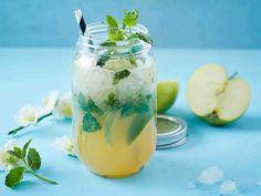 Kuubalainen mojitodrinkki tuunataan omenamehulla raikkaaksi kesäjuomaksi. Lassi, Party Planning, Cantaloupe, Mason Jars, Juice, Pudding, Fruit, Drinks, Healthy