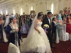 昨日はウズベキスタンの結婚式に招かれました。首都タシケントから古都サマルカンドに向かう電車の中で突然、声をかけられたのですが、遠来の客を招くのは珍しくないとか。会場は日本の式場にも劣らない豪華さ。伝統音楽の生演奏などで盛り上がりました