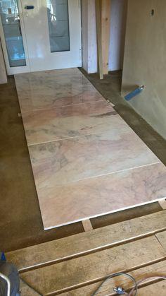 Im Eingangsbereich verlegte Mamorplatten Hardwood Floors, Flooring, Table, Furniture, Home Decor, Cob Home, Door Entry, Timber Wood, Wood Floor Tiles