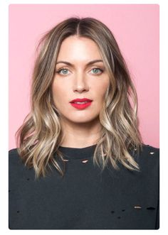 This hair length, neutral makeup, and burgundy lip for Mommy