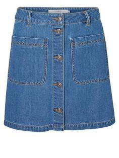 The denim skirt in a 70s silhouette from VERO MODA.