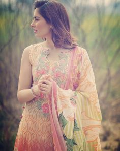 Beautiful Hania Amir Photoshoot of Luxury Lawn Brand. #DimpleGirl #PakistaniFashion #PakistaniActresses ✨