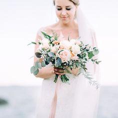 Wedding sweetness in #suomenlinna. #petraveikkolaphotography #petraveikkola #morsian #hääkimppu