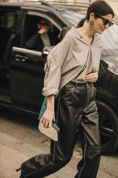 Paris Fashion Week is in full swing. See the best Paris Fashion Week street style from the shows circuit. All the Paris fashion week street style inspiration you need from the shows at PFW. Fashion 2018 Trends, Fashion Week 2018, Trendy Fashion, Korean Fashion, Trendy Outfits, Girly Outfits, Chic Outfits, Style Fashion, Fashion Outfits
