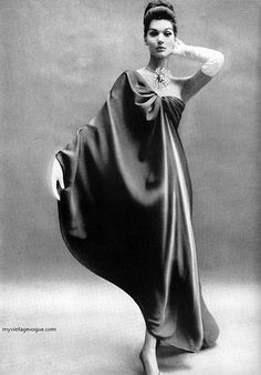Harper's Bazaar Nov 1960: Simone D'Aillencourt wearing Balenciaga - Photo by Richard Avedon