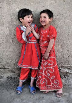 ::Share a laugh. There is nothing like the laughter of children to brighten the world! Two beautiful little girls share unabashed laughter. If anyone can identify photographer, please leave me a msg. Kids Around The World, We Are The World, People Around The World, Beautiful Smile, Beautiful World, Beautiful People, Precious Children, Beautiful Children, Afghan Girl