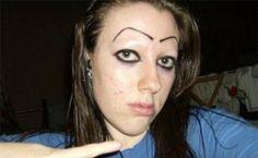 Algumas mulheres que erraram muito fazendo as sobrancelhas.