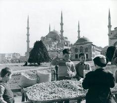 Sultanahmette Küçük Fıstık Satıcıları / 1954  Milan Pavic fotoğrafı   Istambul - mali prodavači kikirikija http://ift.tt/2obOiFY
