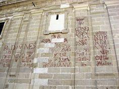 Vítores de la Catedral - La limpieza de los muros de la Catedral hace unos años sacó a la luz estas extrañas pintadas de color rojizo ante l...