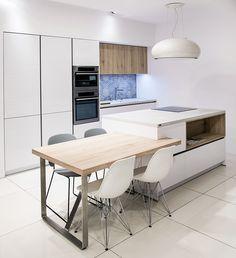 Kuchnia firmy Hacker to połączenie nieśmiertelnej bieli w postaci frontów lakierowanych na wysoki połysk  z drewnem na laminacie. To czysty skandynavian modern gdzie liczy się prostota i minimalizm.
