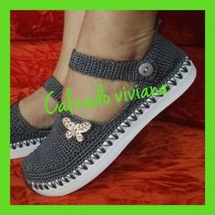 Quick and Easy to Crochet Slippers Free Pattern Crochet Sandals, Crochet Shoes, Crochet Slippers, Crochet Clothes, Crochet Wool, Love Crochet, Crochet Baby, Crochet Stitches, Selling Crochet