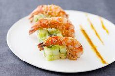 Gambas panées au sésame accompagnées de dés d'avocat et de concombre parfumés au wasabi, à la coriandre et au citron vert. Les ingrédients (pour 6personnes) • Gambas surgelée(s) : 18 pièce(s) • Avocat(s) : 2 pièce(s) • Oignon(s) nouveau(x) : 2 pièce(s) • Concombre(s) : 1 pièce(s) • Citron(s) vert(s) : 1 pièce(s) • Huile d'arachide : 5 cl • Coriandre fraîche : 0.5 botte(s) • Graines de sésame blanches : 30 g • Wasabi : 5 g • Fleur de sel : 3 pincée(s) • Moulin à poivre : 3 tour(s) • Huile...
