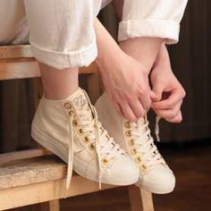ゴールドのアイレットがお洒落なナッツリーのハイカットスニーカーベーシックなデザインが幅広いスタイリングに合わせやすい一足です nutsllyナッツリー CHAOZU NATURAL EWT-SS3 #nutslly #pumps #shoes #love #cute #giri #fashion #ナッツリー #パンプス #シューズ