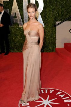 She wore a a strapless blush chiffon evening gown to the VFAP.  Brand: Valentino Couture