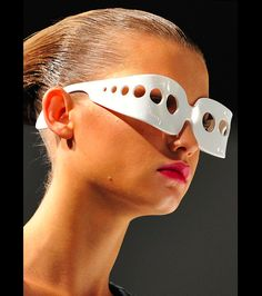 Sunnglasses a la Hussein Chalayan=shade creating devices