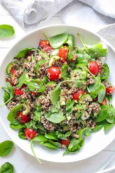 Dieser Quinoa-Salat mit Tomaten ist super gesund. Neben Quinoa und Tomaten braucht Ihr noch Gurke und jungen Spinat. Und damit es nicht langweilig wird habe ich ein asiatisches Dressing dazu gemacht. Außer, dass der sommerliche Salat sehr gut schmeckt, hat er auch den Vorteil, dass er sehr einfach zubereitet ist. Neben den wenigen Zutaten sorgt das Dressing mit frischem Ingwer, Soja-Soße, Zitrone und Honig (für Veganer Ahorn-Sirup) für den exotischen Flair. #ellerepublic #rezept #salat… Quinoa Salad Recipes, Spinach Recipes, Vegetarian Recipes, Healthy Recipes, Quinoa Salat, Healthy Salads, Healthy Food, How To Make Salad, Summer Salads