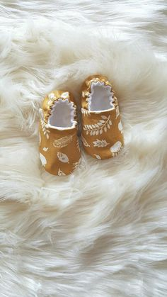 Buy Now Bear Tracks Baby Moccs / Baby Shoes / Baby Moccasins / Vegan Moccs / Soft Sole Shoes / Montessori Shoes / Waldorf Shoes / Vegan Moccs by weepereas. Baby Shoes Pattern, Shoe Pattern, Baby Moccasins, Vegan Shoes, Boho Diy, Newborn Outfits, Baby Girl Fashion, Cool Baby Stuff, Baby Sewing