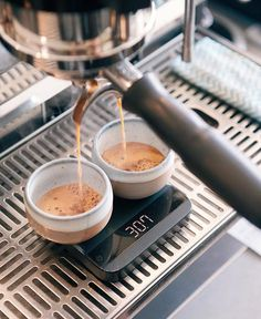 Dropping shots onto the Acaia Lunar Scale the perfect Espresso Scale! Shop Acaia Scales @alternativebrewing Link in Bio Same Day Dispatch | by @opuscoffeebrewers
