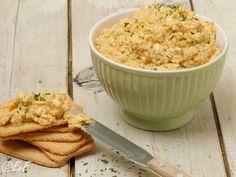 Lekker op een toastje bij de borrel of op brood, zelfgemaakte eiersalade! Ingrediënten (voor een flinke kom) 10 eieren 1 kleine ui 1 teentje knoflook 1 eetlepel ketjap 4 eetlepels mayonaise 2 thee... Snack Recipes, Snacks, Risotto, Tapas, Mashed Potatoes, Macaroni And Cheese, Appetizers, Rice, Ethnic Recipes