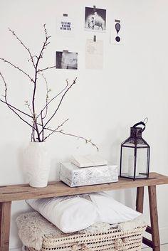 Eine Bank aus rustikalem Holz versprüht Gemütlichkeit und setzte Deko perfekt in Szene. #wohnzimmer #bak #holz #idee #inspiration  >>null