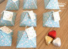Lembranças oferecidas no casamento de R&S. Caixa em forma de pirâmide com 3 bombons de chocolate negro com recheio de laranja, limão e morango. info@pedacosdecacau.pt