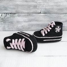 Geschenk Mutter Tag gestrickte Sneakers häkeln converse All Star Sneakers All Star Babyschuhe häkeln Baby Sneakers Babyschuhe neue Baby häkeln - Crochet pour bébé - Unsere Kinder und Mehr Crochet Baby Boots, Booties Crochet, Crochet Shoes, Baby Booties, Baby Shoes, Kid Shoes, Baby Sneakers, Converse All Star Sneakers, Knit Sneakers
