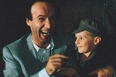 LA VIDA ES BELLA. La Vida es Bella continúa siendo una bonita película empañada por ese trasfondo de la II Guerra Mundial que el personaje de Guido se encarga de maquillar a su pequeño hijo Giosuè.  MrCheettah