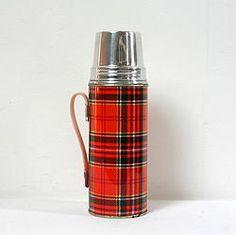 Thermos vintage Thermos vintage 1960 / 1970. En métal peint motif tartan écossais orange et rouge. Le capuchon qui fait office de tasse est en aluminium estampillé, marque Sunflower, Shangai, China.
