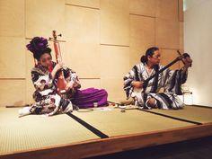 Yuko Sarya + Hisao Suginaka. En Hisao va tocar el shamisen, que és un instrument de tres cordes fet de pell de gat o de gos, i que tocat sense acompanyament vocal és la cosa més hardcore que he sentit mai.