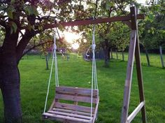 Make a swing bed with recycle! Indoor Swing, Garden Deco, Swing Seat, Patio Design, Outdoor Furniture, Outdoor Decor, Home Projects, Pergola, Easy Diy
