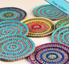 Make your own crochet coasters with this simple photo tutorial! (Free Pattern) The Roller coasters are quick to make and are easy to customize. Crochet Coaster Pattern, Crochet Motif, Crochet Doilies, Crochet Potholders, Crochet Squares, Crochet Home, Diy Crochet, Crochet Ideas, Crochet Kitchen