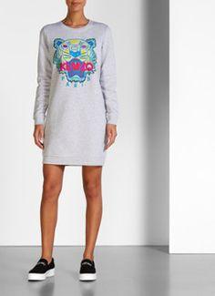Statement trui-jurk met tijgerkop in grijs van Kenzo. Dit casual crew neck model is vervaardigd uit een stevige katoenkwaliteit en is aan de binnenzijde voorzien van een fleecevoering voor optimaal draagcomfort. De sweater dress is uitgerust met lange mouwen, elastische boorden en een opvallende, kleurrijke applicatie aan de voorzijde. Deze bestaat uit de welbekende tijgerkop, het merklogo van Kenzo.