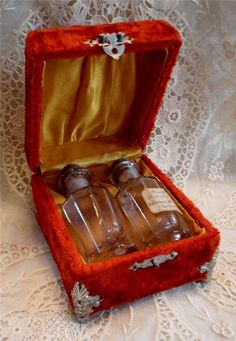 EARLY 1900'S FITTED VELVET PERFUME BOX W/ BOTTLES